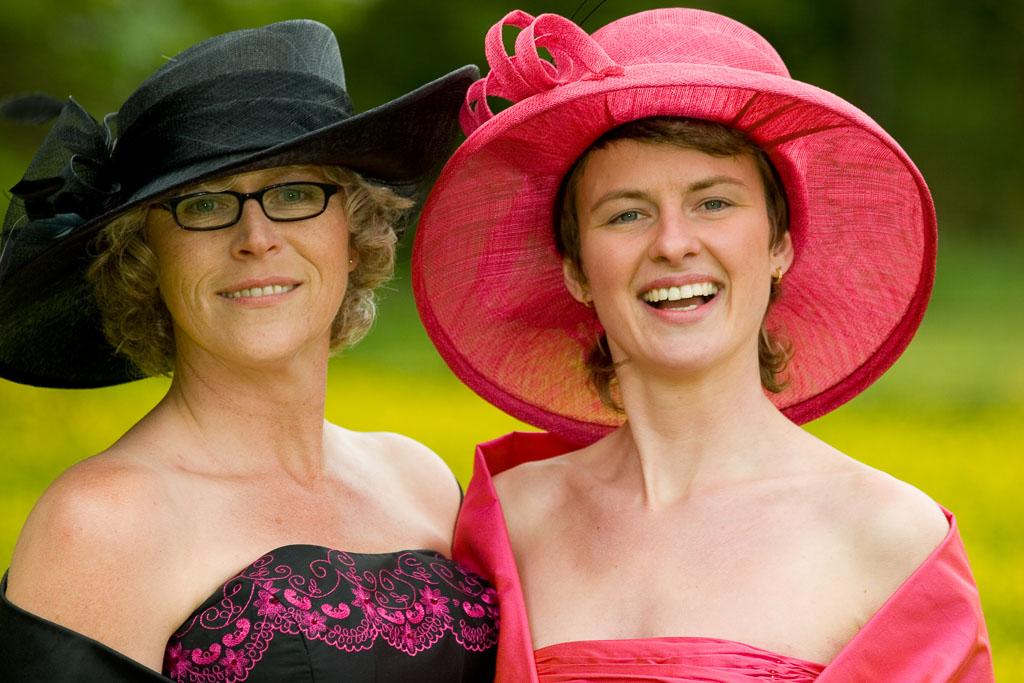 portret-4: twee vrouwen in een boterbloemenveld