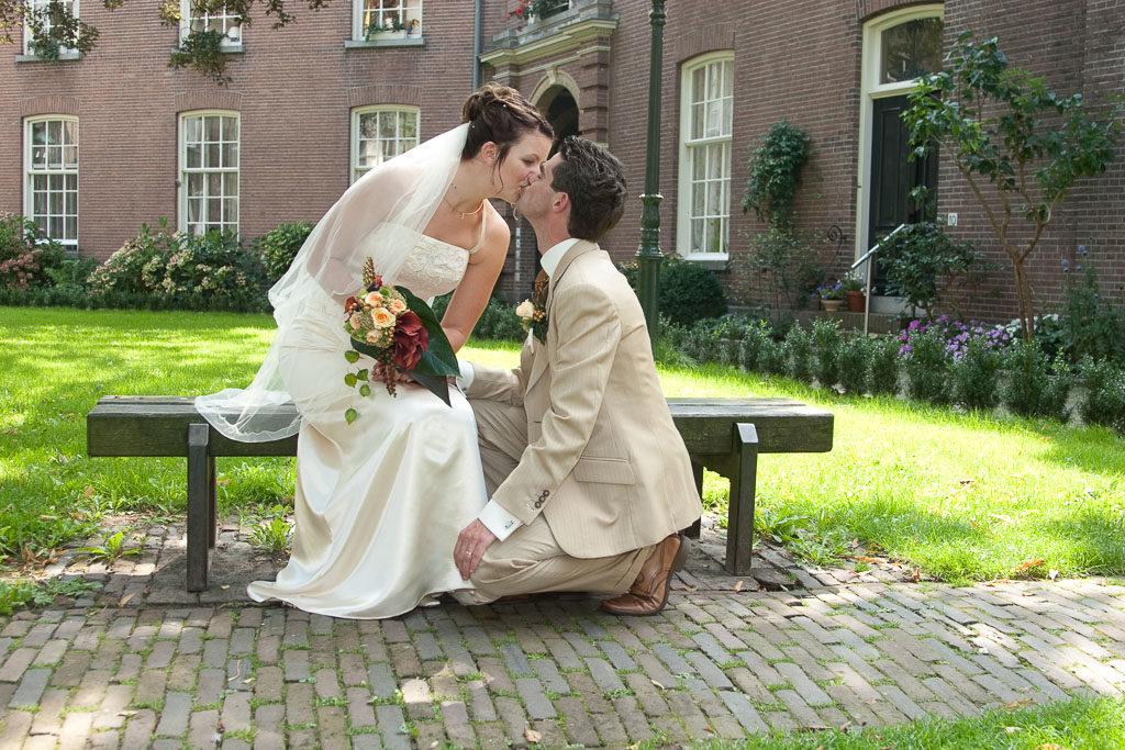 trouw-7: een bruidspaar kust elkaar tijdens de trouwreportage in Zutphen